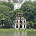 写真: 還剣湖と亀の塔