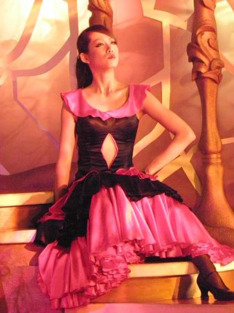 035 フラメンコを踊るような、衣装ですね