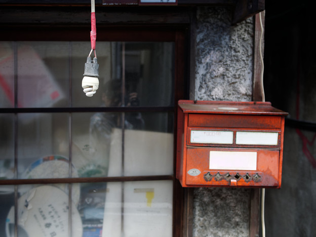 Photos: 電球とポストと