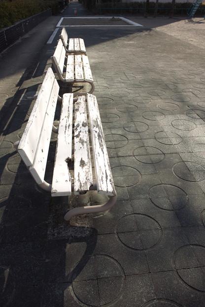 白いベンチ
