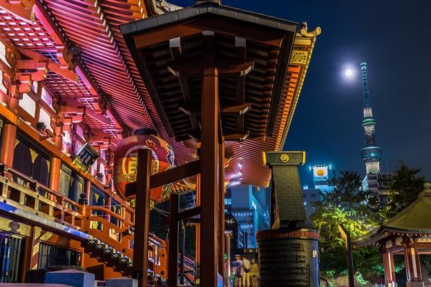 満月と浅草寺本堂