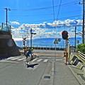 写真: 鎌倉高校前坂とサーファー