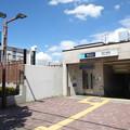 写真: 夏色の西ヶ原駅出入口