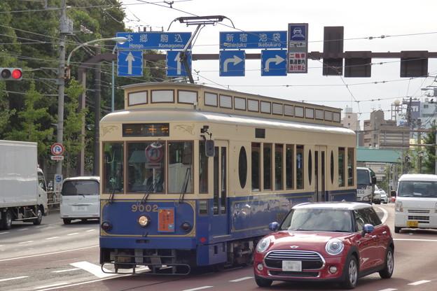 秋の明治通りを走るレトロ調電車