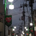 写真: 夕暮れの西ヶ原商店街