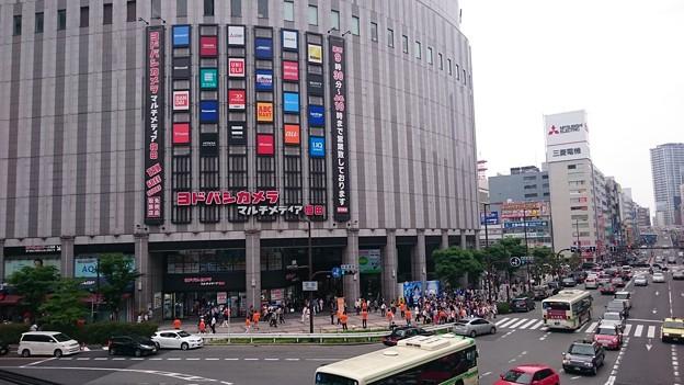大阪梅田・ヨドバシカメラ前で3