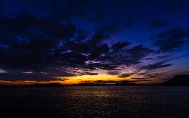 夜明け前の航路を往く
