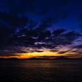 写真: 夜明け前の航路を往く