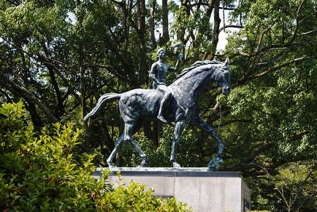 自由の男神像、岡山護国神社