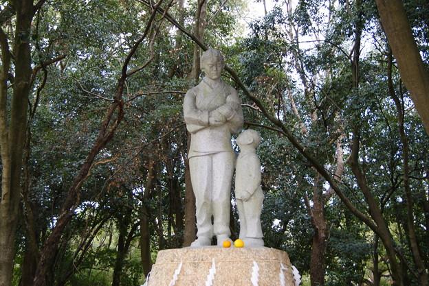 母の像.讃岐護国神社