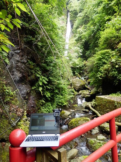 洒水の滝と配信中のPC