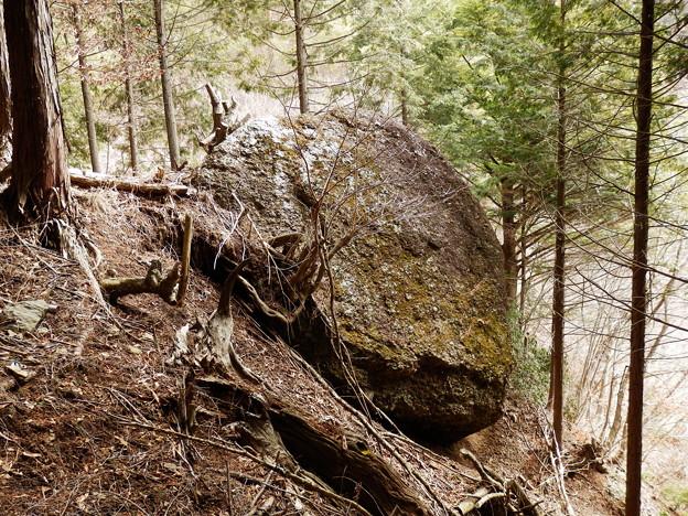 いつ落ちてもおかしくない巨岩