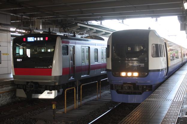 E233系5000番台と255系の並び