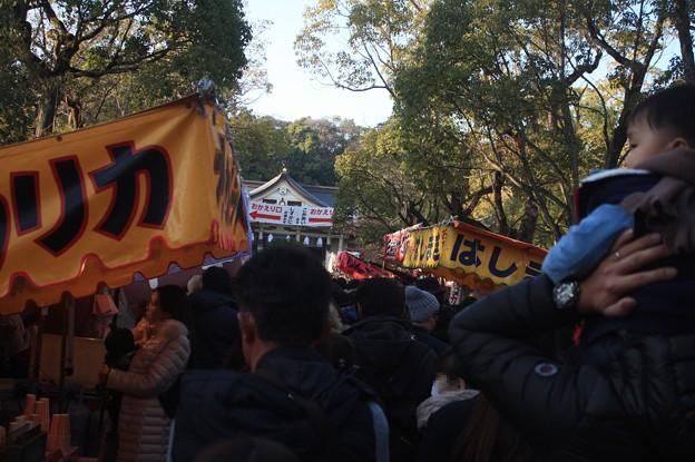 湊川神社の参拝の人達であふれる行列