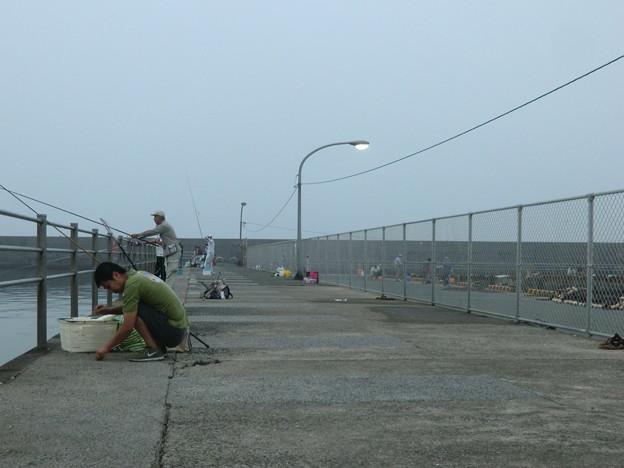 6時40分、いつも以上に釣り人が続々と増えていく。