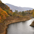 北上線 紅葉の渓谷をはしる