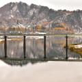 錦秋湖も紅葉に雪