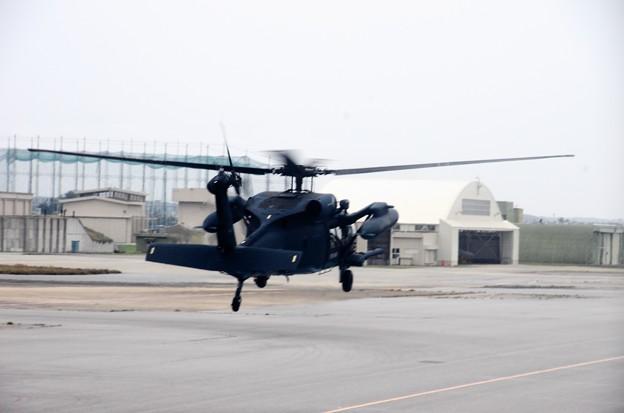 写真00026 誘道路から離陸する陸自のヘリ