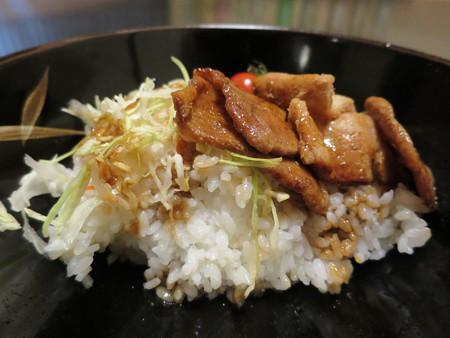粋菜庵しなの トンテキ丼(全国ご当地どんぶりまつり限定) 断面図