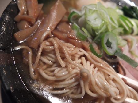 麺ぐるい とりとん魚介(ばりかた、こってり、白ねぎ) 麺の様子