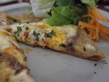 SOIN Cafe アンチョビとトマトとモッツァレラチーズのガレット 断面の様子