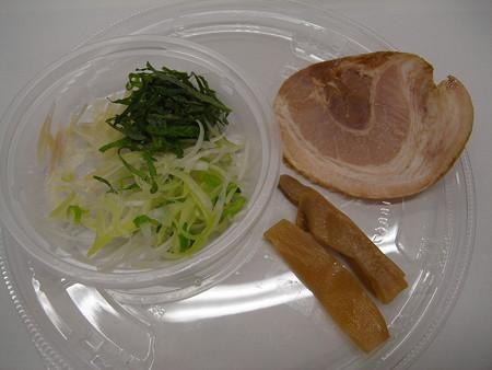 セブンイレブン 3種薬味で食べる!あっさり冷しつけ麺 具材の様子