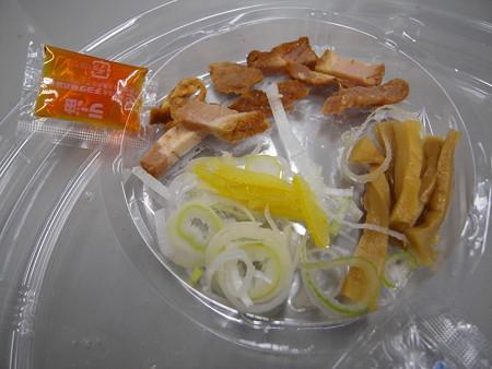 デイリーヤマザキ 魚介豚骨の冷しつけ麺 具材の様子