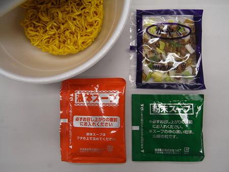 セブンゴールド 日清 名店仕込み すみれ 札幌濃厚味噌 中身の様子