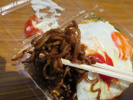 えんま市2016 堺 宝寿堂 肉かす焼きそば(オム仕様) 麺アップ