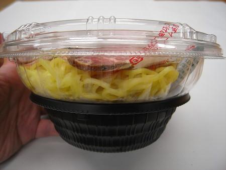 セブンイレブン ピリ辛仕立ての彩り冷しつけ麺(辛味噌付) 器の様子