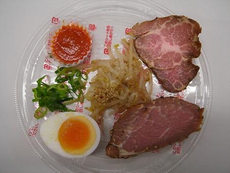 セブンイレブン ピリ辛仕立ての彩り冷しつけ麺(辛味噌付) 具材の様子