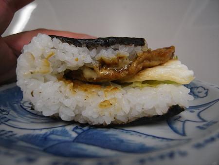 デイリーヤマザキ サンドおむすび 照焼ハンバーグ&目玉焼風 横から見た図