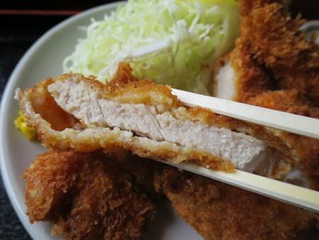 お食事処神明坂 ミックス膳(えび・ホタテ・とんかつ) とんかつ断面の様子
