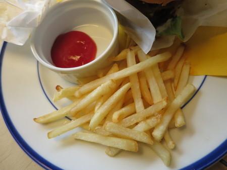 66 ベーコンエッグバーガー(パティ追加) 副菜の様子