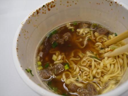 日清 カップヌードルビッグ 謎肉祭 肉盛りペッパーしょうゆ スープアップ