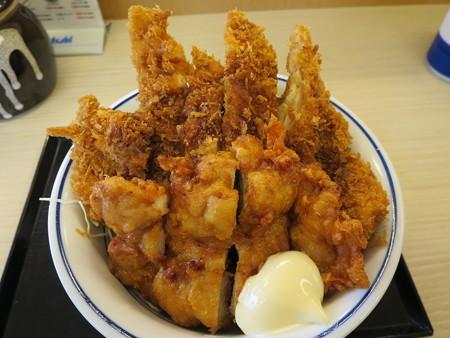 かつや上越店 チキンカツとから揚げの合い盛り丼(期間限定)¥637