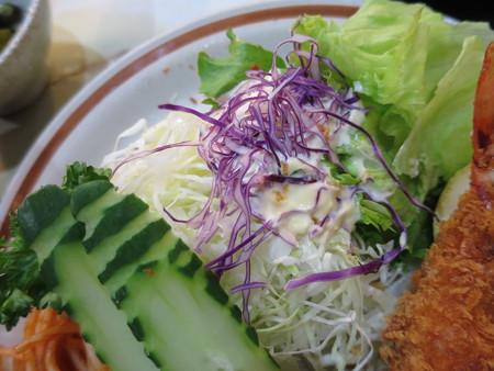 とんかつ大矢 エビフライ定食(単品おかずのみ) サラダ味付けの様子