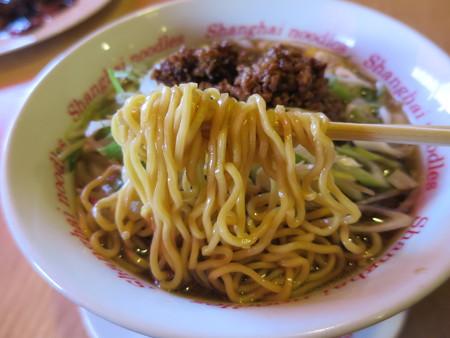 上海大食堂 黒酢湯麺 麺アップ