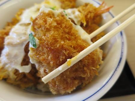 かつや上越店 サクサク牡蠣フライの海鮮合い盛り丼(期間限定) 牡蠣フライ衣の様子