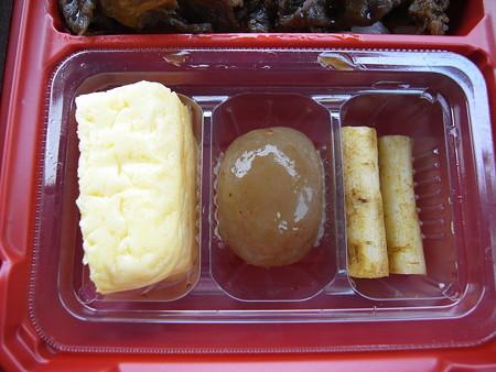 すき家 上越高土店 黒毛和牛弁当(期間限定、テイクアウト) 副菜の様子