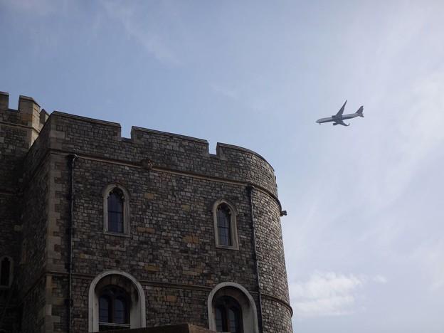 ウィンザー城とジェット機
