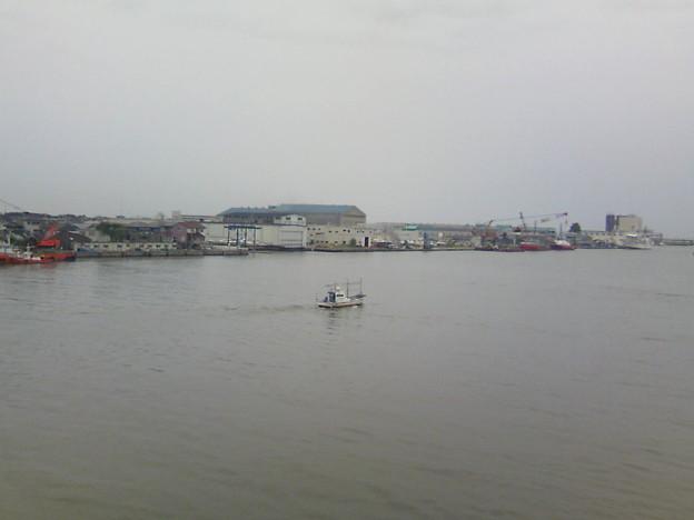 写真: 佐渡両津行カーフェリーまもなく出航します。周りは朝の眠気の中です