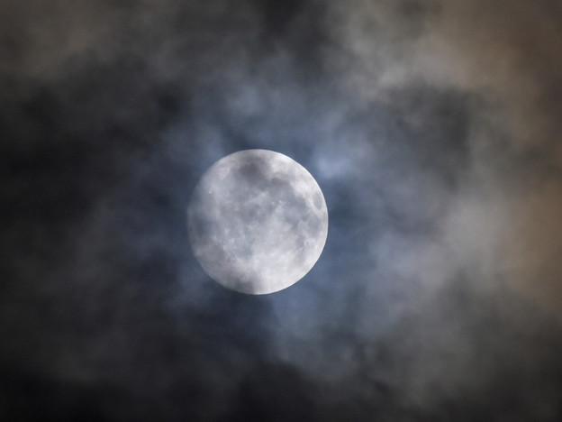 雲間に見える十五夜お月さん