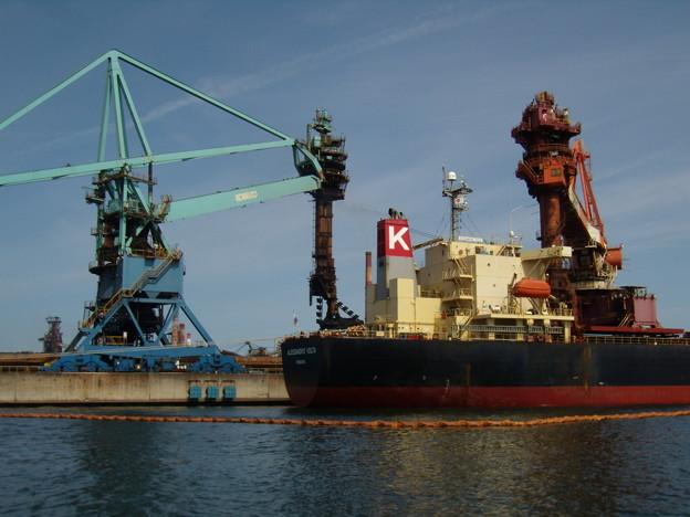 バラ積み貨物船と鉱石揚げ荷装置