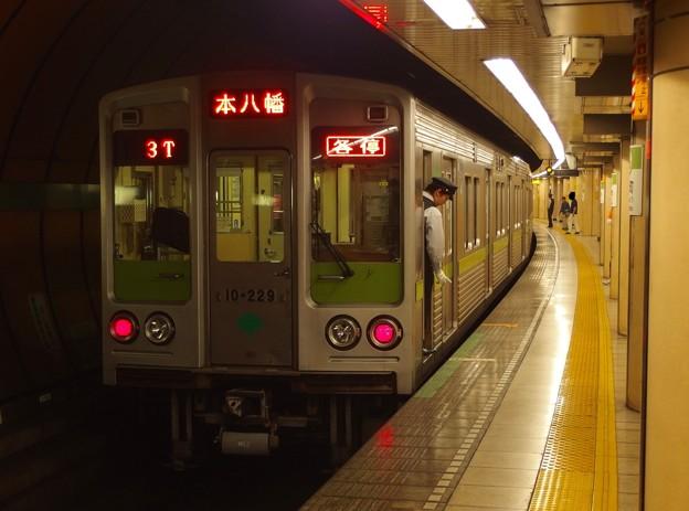 都営新宿線浜町駅2番線 都営10-220F各停本八幡行き停止位置よし