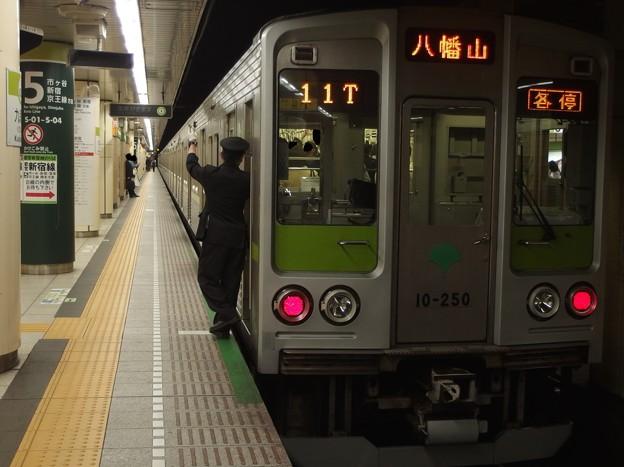 都営新宿線九段下駅5番線 都営10-250F各停八幡山行き側面よし