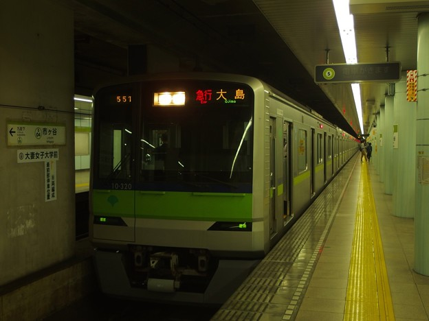 都営新宿線市ヶ谷駅2番線 都営10-320F急行大島行き