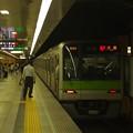 Photos: 都営新宿線神保町駅2番線 都営10-320F急行大島行き前方確認