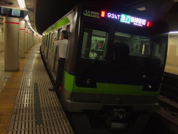 京王新線幡ヶ谷駅2番線 都営10-500F急行新線新宿行き側面よし