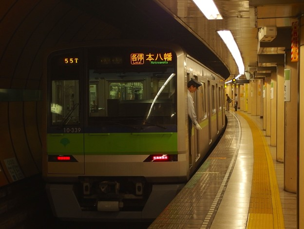 都営新宿線浜町駅2番線 都営10-330F各停本八幡行き停止位置よし